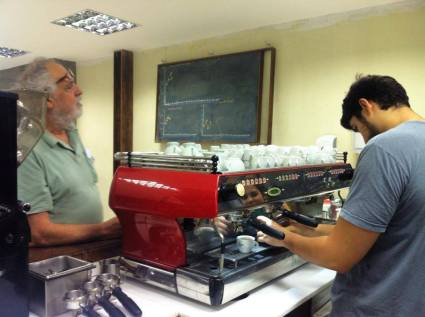 Os quatro sócios estão sempre por lá, explicando como funciona o local e preparando os cafés deliciosos