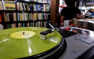 Estarão à venda LPs, compactos, vitrolas e muito mais