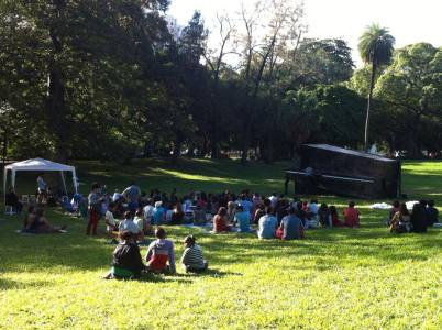 Dá para levar cangas, sucos, frutas e fazer um piquenique no gramado do parque :)