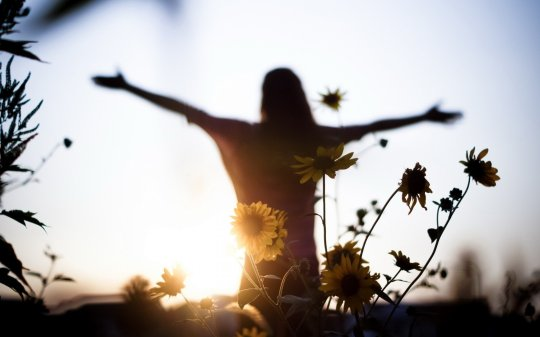 sunset_girl_light_flowers_mood_freedom_women__1920x1200